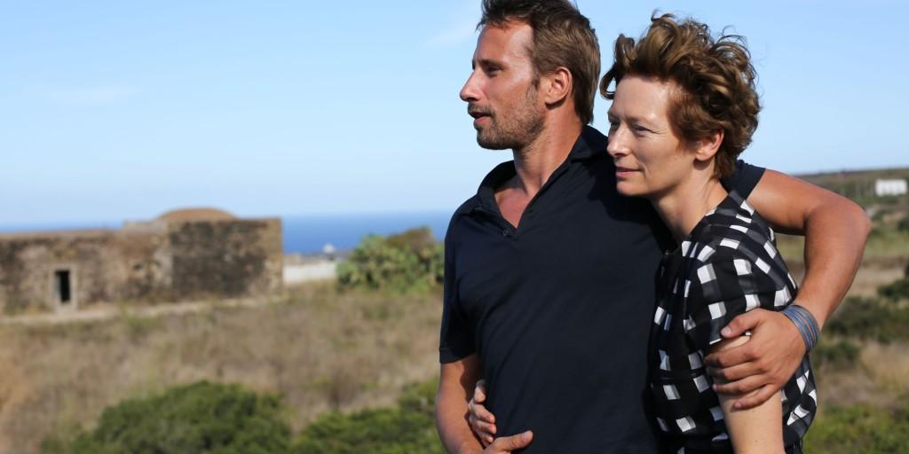 Matthias Schoenaerts con Tilda Swinton